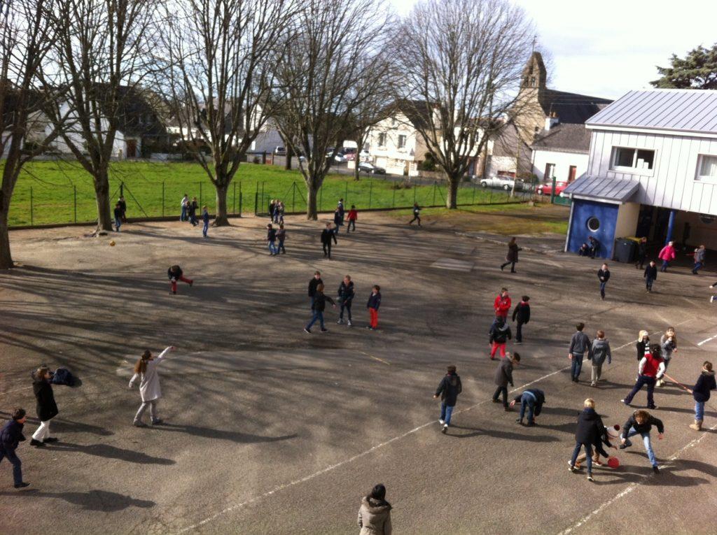 Les enfants jouent dans la cour